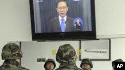 南韓海軍士兵觀看總統李明博的電視講話