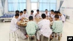 Los niños del equipo de fútbol que fueron rescatados de una cueva en Tailandia comparten una comida en el hospital Chiang Rai Prachanukroh, al norte del país.