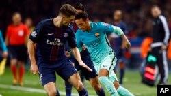 Neymar de Barcelone, à droite, tente une percée devant Thomas Meunier du PSG lors d'un match des 16e de finale de la Ligue des champions entre Paris Saint Germain et Barcelone au stade du Parc des Princes à Paris, 14 février 2017.