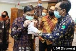 Direktur Utama RSUP dr Sardjito Yogyakarta dr. Rukmono Siswishanto menyimpan nafas di kantung ketika mencoba alat GeNose. (Foto: Courtesy/UGM)