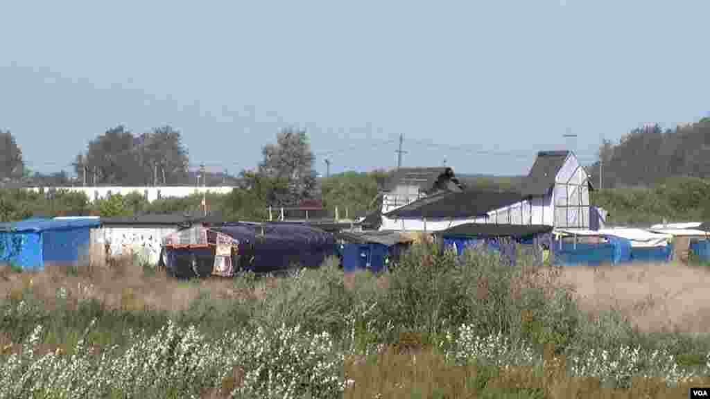 Kamp migran 'Jungle' di Calais, Perancis, yang dijadwalkan akan dihancurkan akhir tahun. (VOA/L. Bryant)