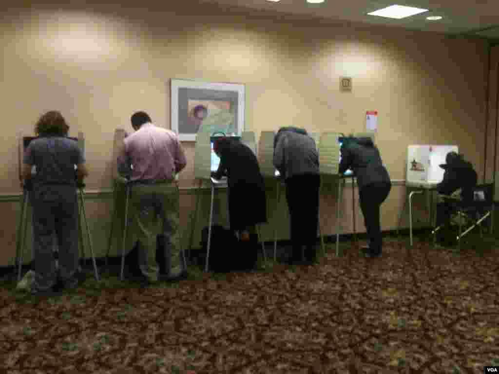 芝加哥投票站內的電子作業投票箱