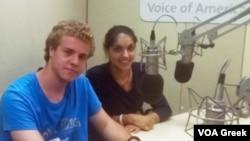 Η Άντρη Ευθυμίου και ο Νικόλας Μαυρίδης σε στούντιο της VOA
