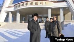 지난 11월 백두산지구 체육촌을 현지지도하고 있는 북한 김정은 국방위원회 제1위원장 (자료사진)