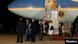 Obama llega a Sudáfrica, junto con su familia, en su gira por África en donde promueve la democracia y las libertades.