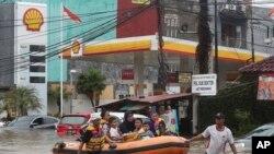 Các nhân viên cứu hộ đang giúp sơ tán người dân ở ngoại ô Jakarta hôm 1/1