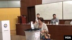 Seorang warga memberikan suaranya pada pemilu legislatif di Kosovo, 11 Juni 2017.