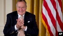 Foto de archivo de expresidente George H. W. Bush, quien presuntamente votaría por Hillary Clinton en las elecciones de noviembre.