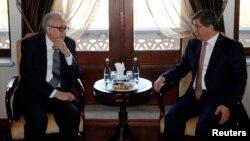 10月25日﹐聯合國-阿拉伯聯盟敘利亞問題特使卜拉希米(左)在安卡拉與土耳其外交部長達武特奧盧會面。