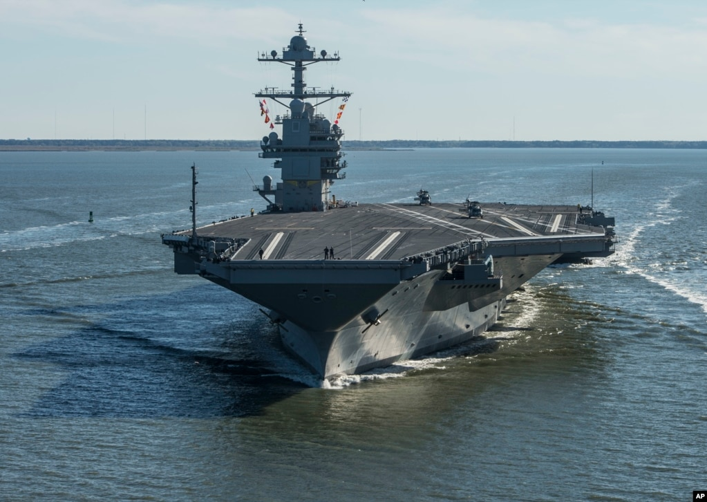 2017年7月12日,航空母舰福特号(USS Gerald R. Ford)在维吉尼亚州纽波特纽斯即将进行首次下水试航(美国海军提供)。该航母的建造始于2009年,当时计划2015年完成,耗资105亿美元。美国海军说,成本超支和工期拖延的原因在于这艘航母的技术十分尖端。
