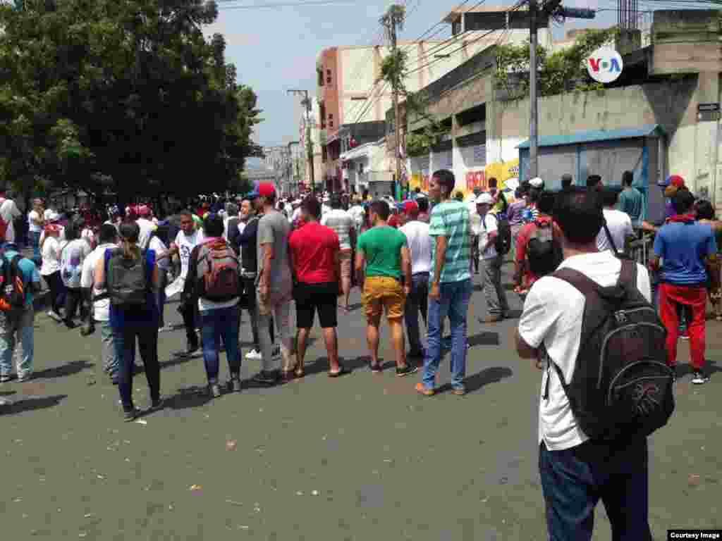 Venezolanos en Táchira, estado de Venezuela, reunidos apoyando la entrega de ayuda humanitaria, como fue anunciada por el presidente encargado, Juan Guaidó.