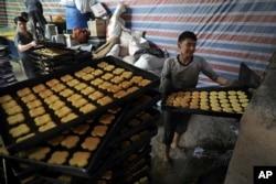Aktivitas pembuat roti tradisional Afghanistan menjelang bulan puasa Ramadhan di Kabul, Afghanistan, 7 April 2021. (Foto: AP / Rahmat Gul)
