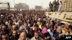 Dân chúng và binh sĩ Ai Cập cầu nguyện trong một cuộc biểu tình, tại quảng trường Tahrir trong thủ đô Cairo của Ai Cập, yêu cầu nhà lãnh đạo Libya Gadhafi từ chức