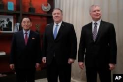 마이크 폼페오 미국 국무장관과 김영철 북한 노동당 부위원장, 스티븐 비건 국무부 대북정책특별대표가 18일 워싱턴에서 고위급 회담에 앞서 기념촬영을 했다.