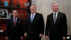 Советник северокорейского лидера Ким Ён Чхоль, госсекретарь Майк Помпео и спецпредставитель по вопросам отношений с КНДР в администрации Трампа Стивен Биган. Вашингтон, 18 января