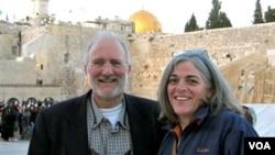 Esta foto de archivo muestra a Alan Gross con su esposa en 2005 durante una visita a Jerusalén.