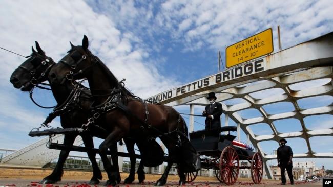 美国民权运动先驱约翰·刘易斯( John Lewis) 的棺木覆盖着美国国旗。一辆载着刘易斯遗体的马车7月25日缓缓经过美国民权运动指标的埃德蒙·佩特斯桥。