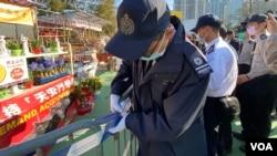 香港食環署首次終止支聯會維園年宵攤檔合約,派出大批職員進行清場行動。(美國之音 湯惠芸拍攝)