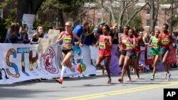 21일 미국 보스턴에서 열린 마라톤 대회 참가자들이 웰슬리 대학 주변을 지나고 있다. 이 날 대회에서는 폭탄 테러 1주년을 맞아 추모 행사들이 함께 열렸다.