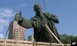 1991年立陶宛拆除列宁雕像,装上卡车