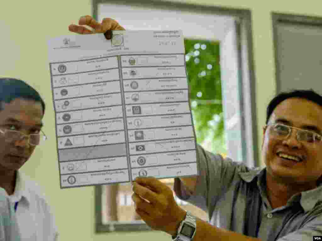 Another invalid vote is demonstrated on the ballot, Boeng Keng Kong 2 commune, Chamkamon district, Phnom Penh, Cambodia, Sunday, July 29, 2018. (Khan Sokummono/VOA Khmer)