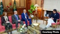 افغان امن عمل کے لیے امریکہ کے نمائندہ خصوصی زلمے خیل زاد کی وفد کے ہمراہ پاکستانی وزیرِ اعظم عمران خان سے ملاقات
