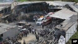 26일 인도네시아 자카르타 외곽의 폭죽공장이 폭발해 수 십 명의 사상자가 발생했다. 경찰과 구조대가 사건 현장을 수색하고 있다.