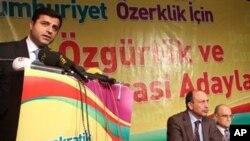 HDP Eş Genel Başkanlığına seçilen Selahattin Demirtaş kürsüde konuşurken