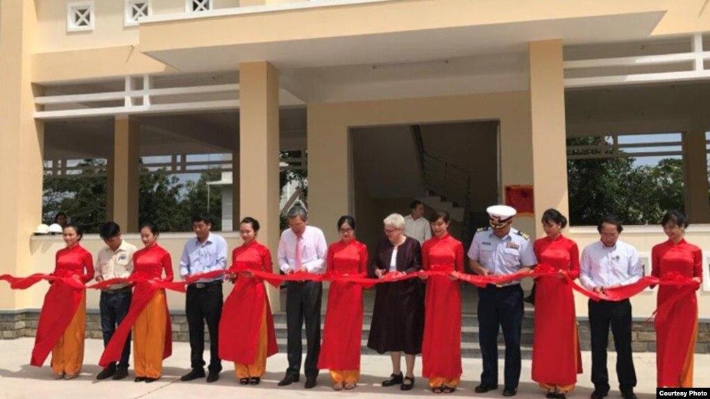 Phó Đại sứ Hoa Kỳ tại Việt Nam Susan Sutton và đại diện của Ủy ban Nhân dân tỉnh Ninh Thuận đã khai trương Trung tâm điều phối quản lý thiên tai hôm 1/3.