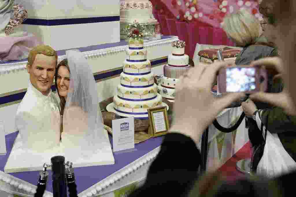 Una torta decorada con la imagen del príncipe Guillermo y su prometida Kate Middleton.