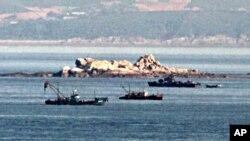 지난 2009년 북한 황해도 주변 해상에서 북한 경비정(오른쪽)이 북한 어선들 주변을 순찰하고 있다. (자료사진)