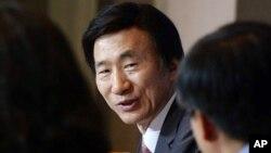 윤병세 한국 외교장관이 9일 서울에서 열린 관훈클럽 초청 토론회에서 발언하고 있다.