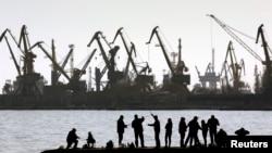 올해 3월 아조브해 북부 마리우폴 항에서 낚시하는 모습 (자료사진)