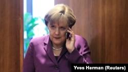 德国总理默克尔2011年12月9日在欧盟峰会举行前使用手机