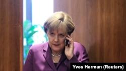 德国总理默克尔用手机通电话