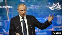 Presiden Rusia Vladimir Putin membuka sesi pleno Forum Ekonomi Timur di Vladivostok, Rusia 5 September 2019. (Foto: Alexander Nemenov/Pool via Reuters)