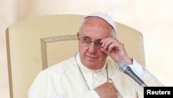 Paus Fransiskus dalam sebuah audiensi di alun-alun Santo Petrus di Vatikan (25/6). (Reuters/Alessandro Bianchi)
