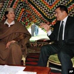 卡扎菲(左)1999年和埃及总统穆巴拉克交谈