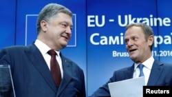 페트로 포로셴코(왼쪽) 우크라이나 대통령이 24일 벨기에 브뤼셀에서 진행된 유럽연합(EU)과의 정상회의 기자회견에서 도날트 투스크 상임의장과 대화하고 있다.