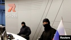 Des membres du FSB lors d'une perquisition dans les bureaux de T Plus, une filiale de Renova, Moscou, Russie, le 5 septembre 2016.