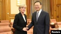 중국 베이징을 방문 중인 호주의 줄리 비숍 외무장관(왼쪽)이 18일 양제츠 중국 외교담당 국무위원과 만났다.