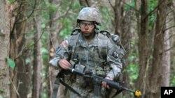 미국 캔터키주 포트캠벨 부대에서 전투훈련 중인 여군 병사. (자료사진)
