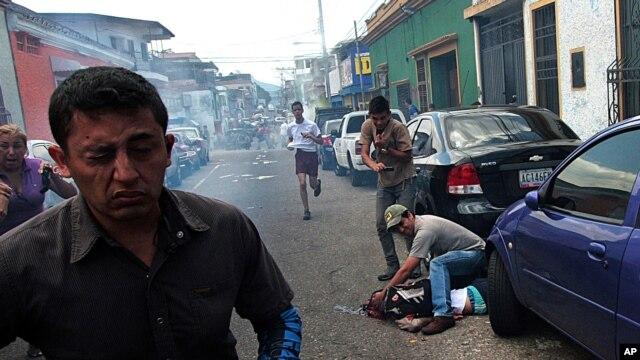 En esta imagen tratan de ayudar al niño herido después que recibió un balazo en la cabeza durante una protesta contra el gobierno de Nicolás Maduro.