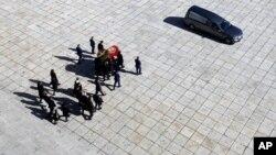 Qohumları İspaniya diktatoru General Fransisko Frankonun qalılqarını mavzoleydən çıxarır. El Escorial, İspaniya. 24 oktaybr, 2018