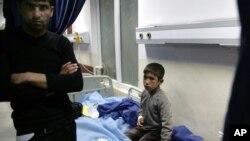 Seorang siswa SD di Irak utara yang terluka akibat serangan bunuh diri, dirawat di sebuah rumah sakit Minggu (6/10).