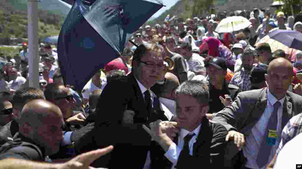 Aleksandar Vucic, Serbia's prime minister, center, is seen during a scuffle at the Potocari memorial complex near Srebrenica, 150 kilometers northeast of Sarajevo, Bosnia and Herzegovina, July 11, 2015.