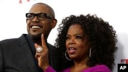 "Forest Whitaker (kiri) dan Oprah Winfrey pada acara pemutaran perdana film ""The Butler"" di Los Angeles (12/8). (AP/Invision/Matt Sayles)"