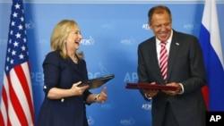 Rossiya Tashqi ishlar vaziri Sergey Lavrov va AQSh Davlat kotibasi Xillari Klinton Vladivostokda, 8-sentabr, 2012-yil.