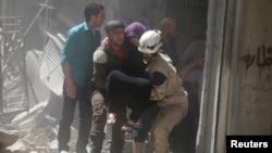 Umukenyezi bariko bakura mu bibomoke vy'amazu inyuma y'ibitero vy'indege za leta ya Siriya mu gisagara ca Aleppo