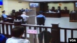 """天津第二中级人民法院对709律师案和异议人士案的庭审星期三继续进行。独立中文笔会会员、北京教会人士胡石根在法庭被告席上,他被控涉嫌""""颠覆国家政权罪""""(法庭照片)"""